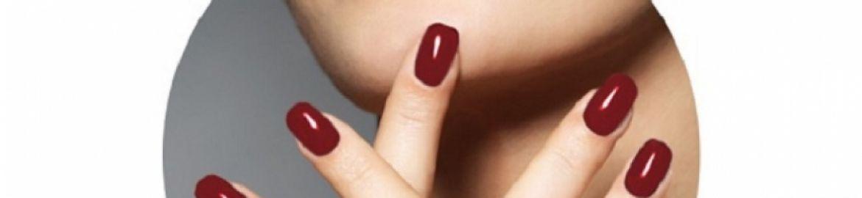 Perle rosse sulle unghie